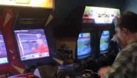 Gamer παίζει Time Crisis 2 ταυτόχρονα σε δυο οθόνες