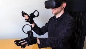 Νέα χειριστήρια-γάντια από την Oculus